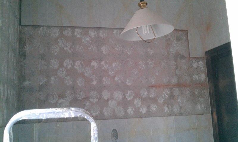 Quitar El Bidet Del Baño:Quitar con cuidado el espejo, losas sueltas para volver a pegarlas con